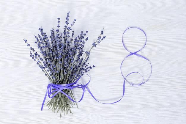 Cheirando flores de lavanda com fita