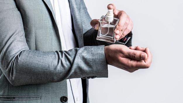 Cheiro de fragrância perfumes masculinos frasco de colônia da moda homem segurando frasco de perfume
