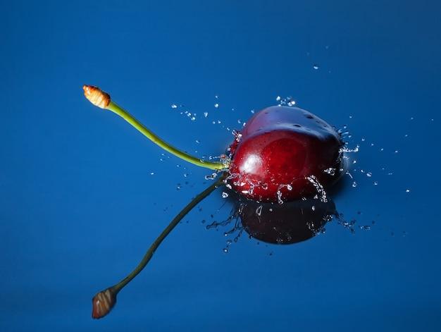 Cherry cai profundamente na água com um respingo.