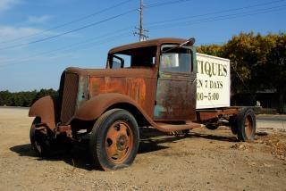 Chevrolet antigos na loja de antiguidades