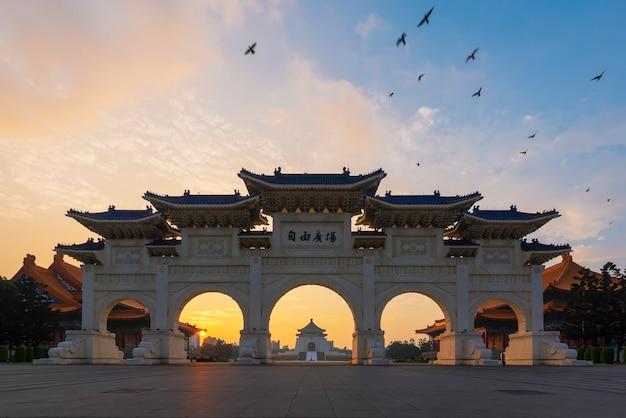 Chiang kai-shek memorial hall nacional sob o céu do por do sol na noite em taipei, taiwan.