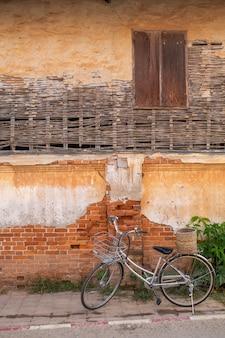 [chiang khan] bicicleta e casa antiga em chiang khan tailândia