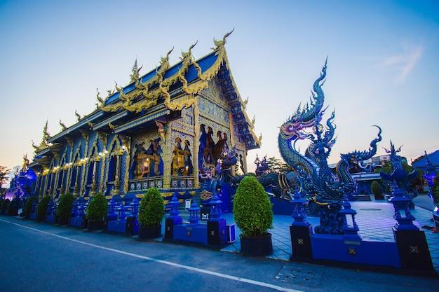 Chiang rai, tailândia - 25 de julho de 2020: beauty of blue temple ou rong suea temple ao entardecer. província de chiang rai, tailândia