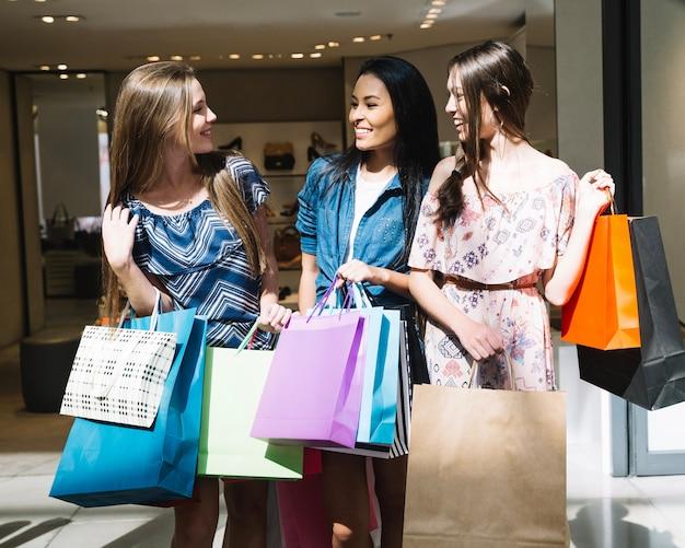 Chicas encantadoras conversando no shopping