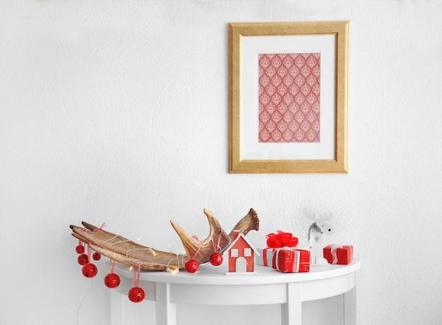 Chifre de alce decorado em mesa branca