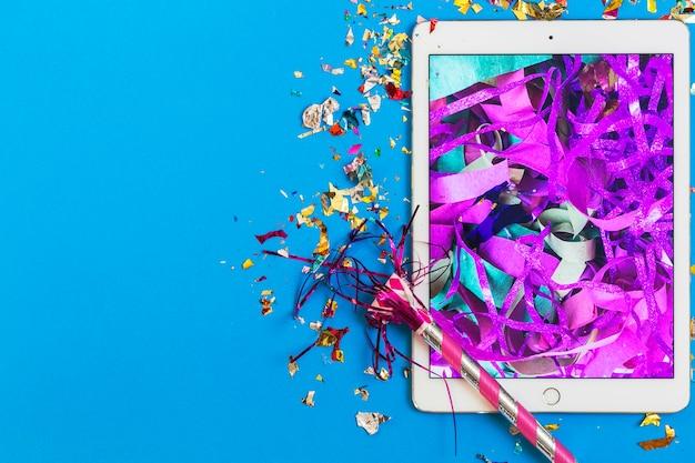 Chifre de festas em tableta com ouropel