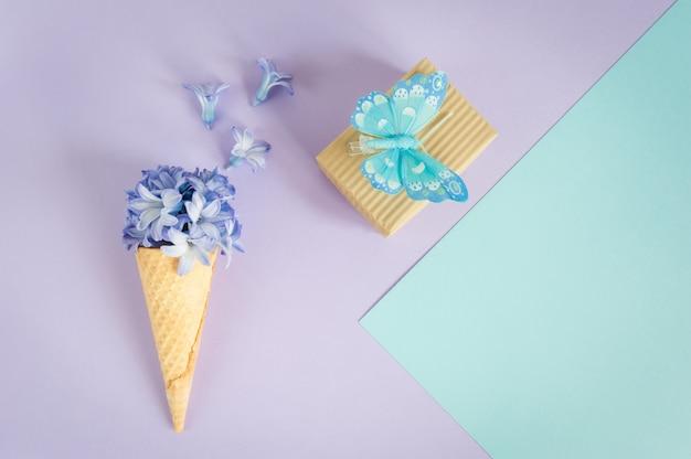 Chifre de sorvete ou cone com jacinto roxo em um roxo