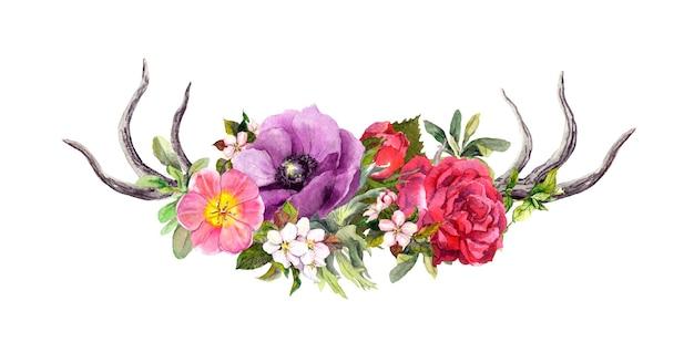 Chifres de veado com flores e penas. aquarela no estilo boho