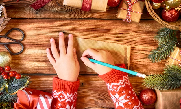 Childs mãos com carta para o papai noel