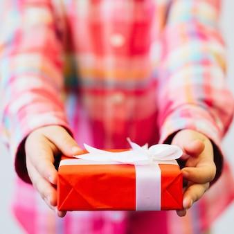 Chilg dando caixa de presente embrulhada