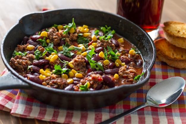 Chili com carne e ingredientes