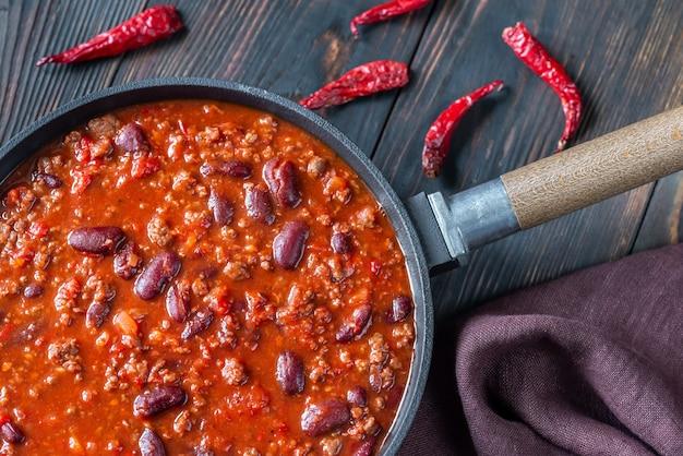 Chili com carne em uma frigideira