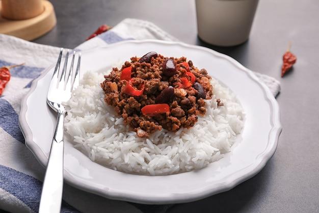 Chili com carne servida com arroz na mesa
