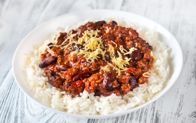 Chili com carne servido com arroz branco