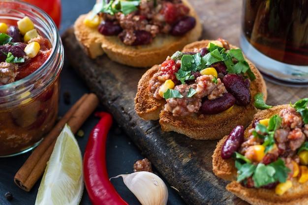 Chili com carne servido na torrada