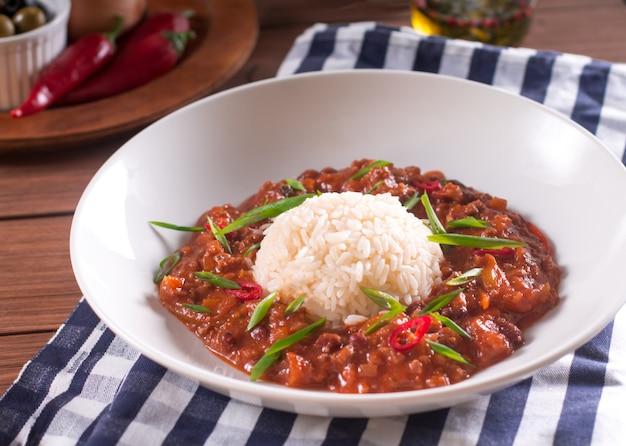 Chili con carne em uma placa branca.