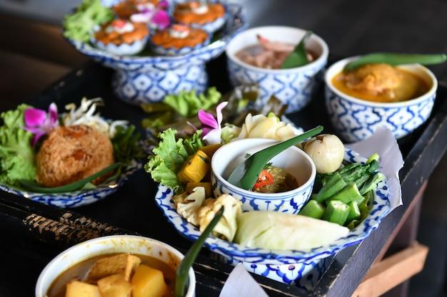Chili e caril de vegetais frescos são servidos para turistas estrangeiros.