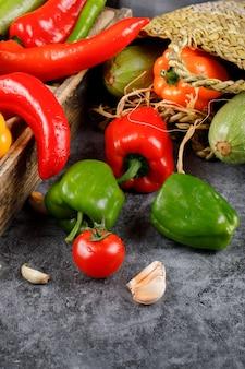 Chili peppers com tomate e alho.