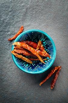 Chili peppers em autêntica tigela de cerâmica