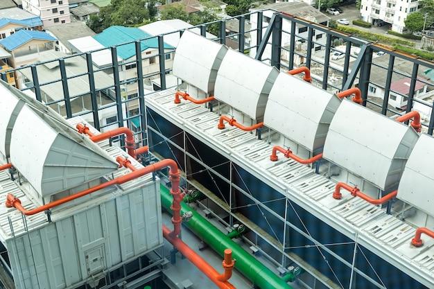 Chiller conjuntos de torres de resfriamento na construção do data center.