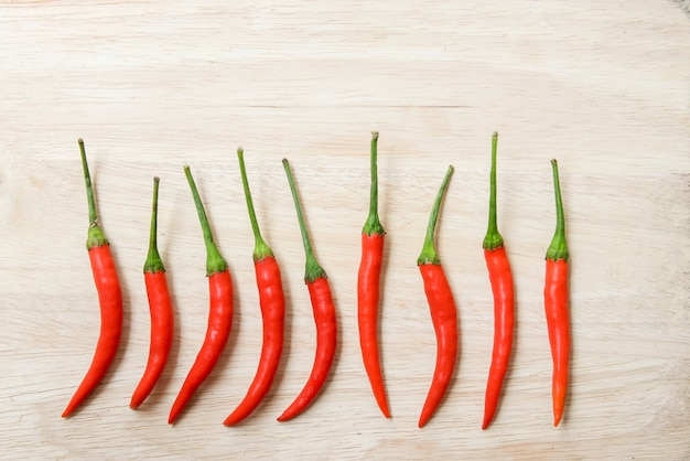 Chilli peppers com madeira brilhante
