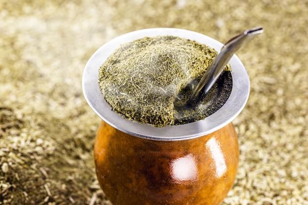 Chimarrão picante, com cobertura de erva-mate, bebida típica brasileira