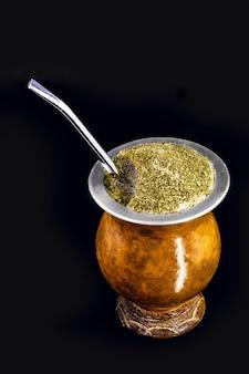 Chimarrão picante, com fundo preto isolado, bebida típica do brasil