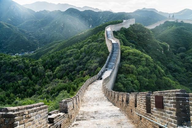 China, a grande muralha, estendendo-se nas montanhas sinuosas