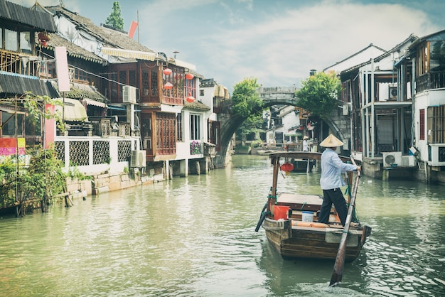 China barcos turísticos tradicionais em canais de xangai zhujiajiao água cidade em xangai, china