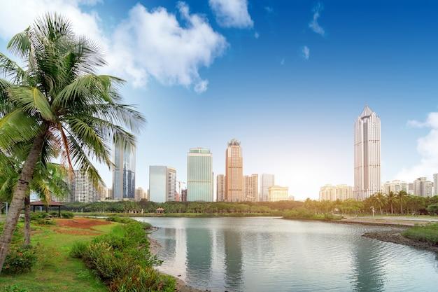 China haikou cityscape, arranha-céus à beira do lago.
