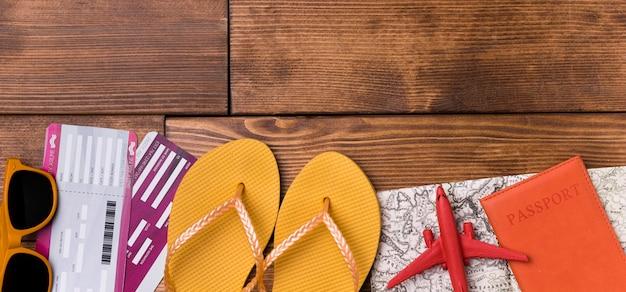 Chinelos de praia e passaporte com óculos de sol