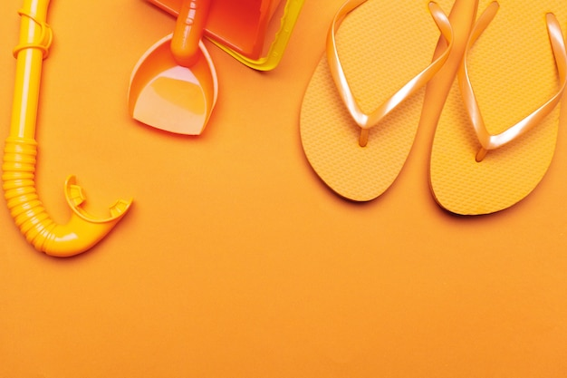 Chinelos de praia verão em fundo colorido