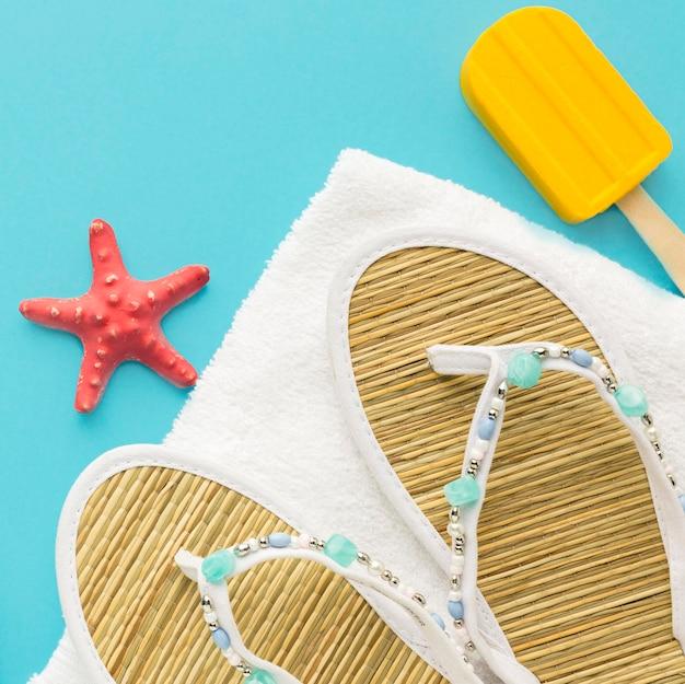 Chinelos de verão close-up com sorvete e estrela do mar