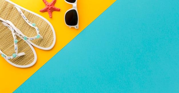 Chinelos de verão com óculos de sol