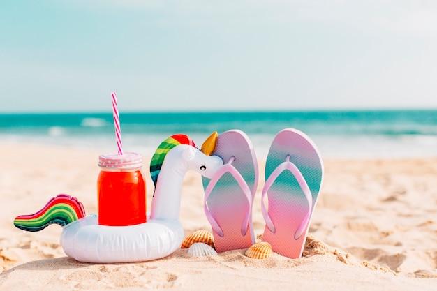 Chinelos de verão com smoothies e unicórnios