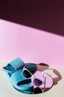 Chinelos e óculos de sol de ângulo alto