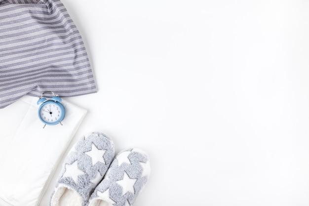 Chinelos macios macios e despertador azul