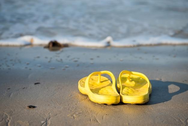 Chinelos na praia em dia de sol