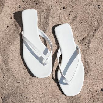 Chinelos na praia, vista aérea da moda verão