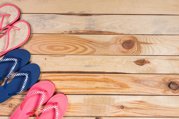 Chinelos no chão de madeira.