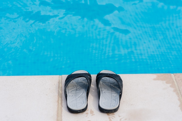 Chinelos perto da piscina