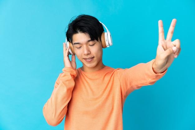 Chinês ouvindo música com um celular e cantando