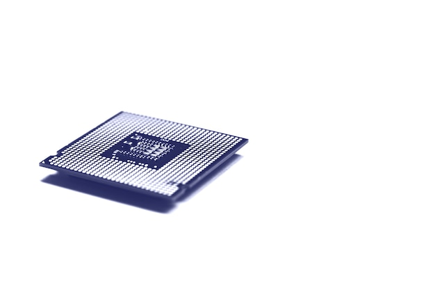 Chip da cpu da unidade do processador central em monocromático azul em tons de fundo branco com espaço de cópia.