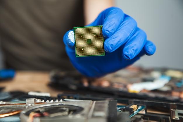 Chip de mão de homem com computador na mesa