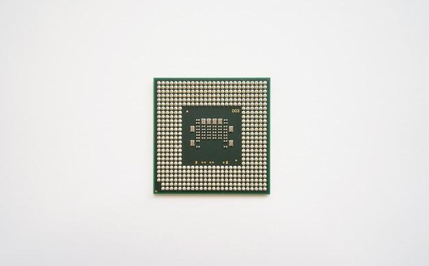 Chip do processador cpu isolado no branco
