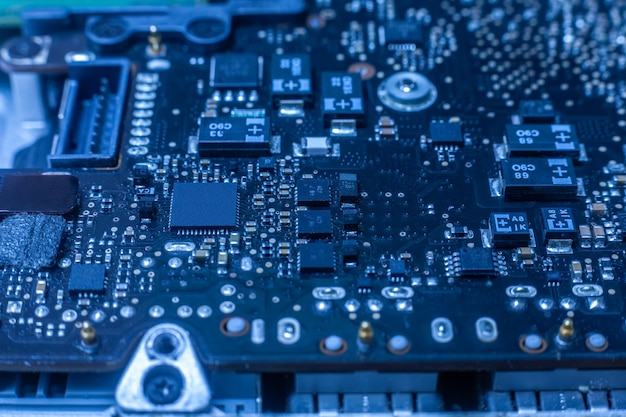 Chip eletrônico e componentes smd na placa de circuito azul