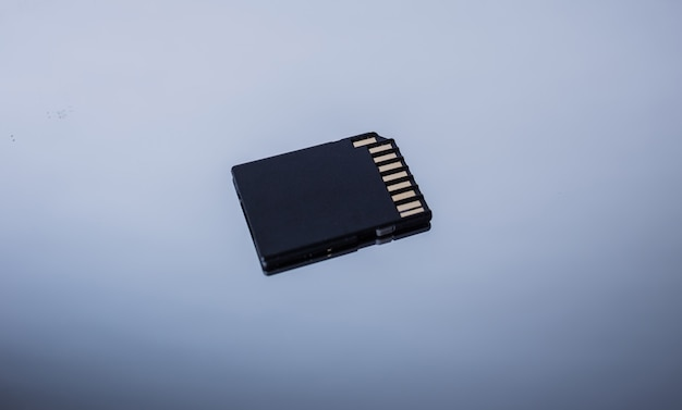 Chip eletrônico em um espaço cinza. registro eletrônico da população. as lascas de pessoas. o controle do movimento.