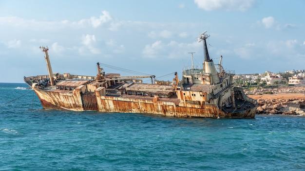 Chipre, paphos. naufrágio. o navio caiu nas rochas costeiras. navio enferrujado na costa do mar mediterrâneo. atrações turísticas de chipre.