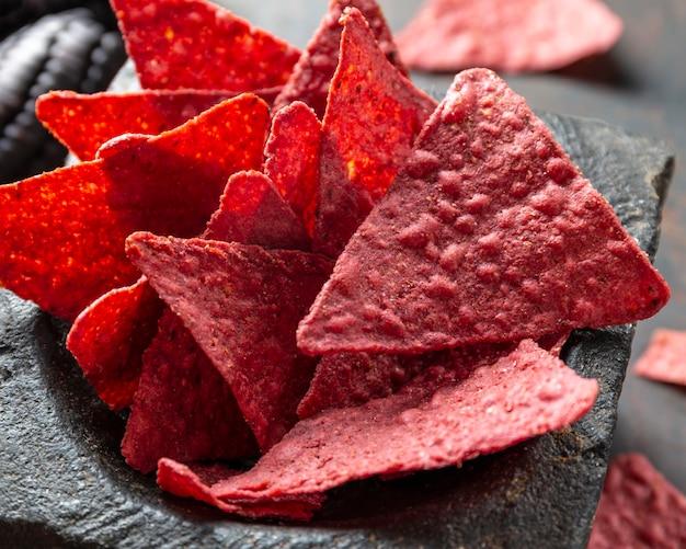 Chips cor de rosa saborosos de ângulo alto