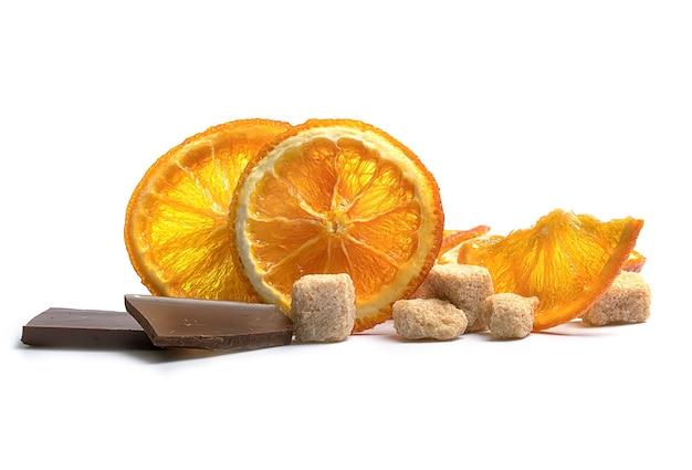 Chips de laranja com açúcar mascavo de cana em um branco